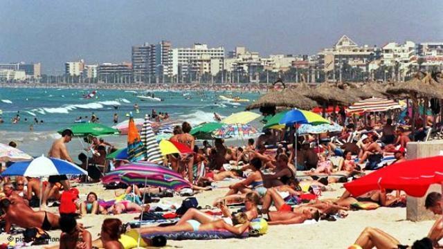 مايوركا الإسبانية تفرض غرامة على السياح بدون قمصان