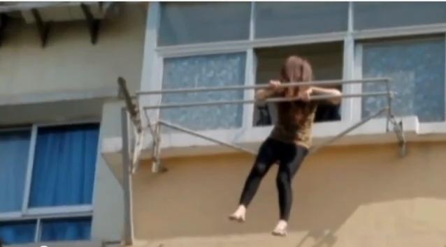 امرأة ثملة تعلق في قضبان نشر الغسيل