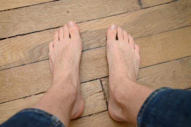 من غرائب المحاكمات..طالب يقاضي جامعة طردته بسبب نتانة رائحة قدميه