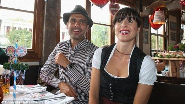 غوارديولا يفاجئ صديقته بقرارالزواج بعد علاقة دامت 20 سنة