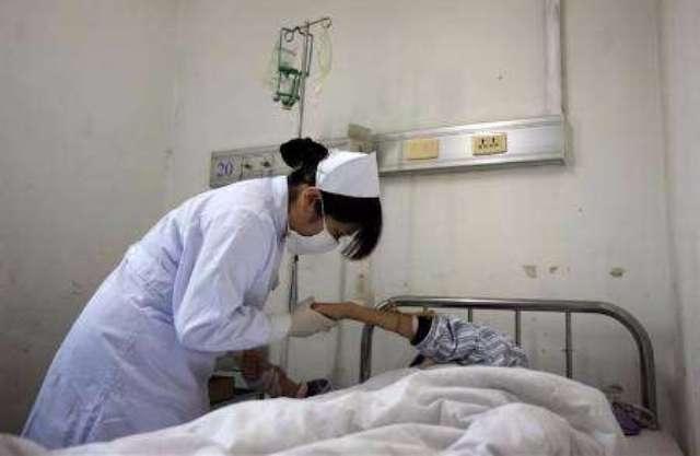 ممرضة تحرم المرضى من الدواء وتطلب منهم الاستعاضة عنه بالصلاة