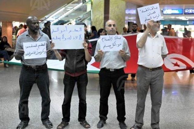 تونسيون يحتجون على منع 30 فلسطينيا من دخول البلاد