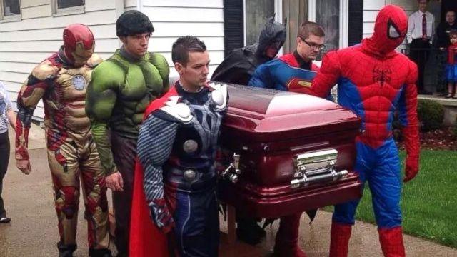 أسرة أمريكية تحيي جنازة ابنها بحضور الأبطال الخارقين