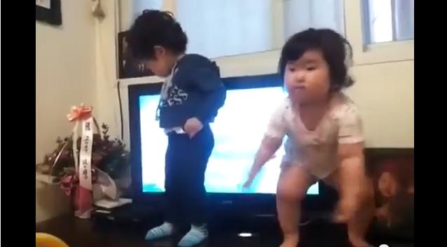 طفلة كورية ترقص بشكل ظريف