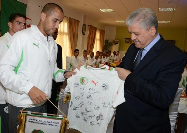 لاعبو الجزائر يهدون بوتفليقة قميص المنتخب الجزائري