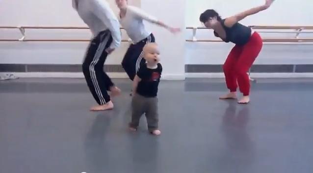 شاهد كيف يعلم هذا الطفل الرقص للكبار