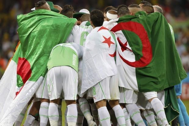 نادي برشلونة يهنيء المنتخب الجزائري بصعوده