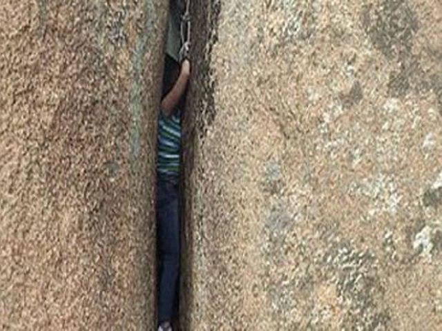 امرأة صينية تعيش ساعة مرعبة عقب انحشارها بين صخرتين