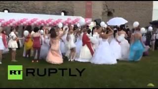 بالفيديو..مسابقة للعدو بين العرائس في استونيا