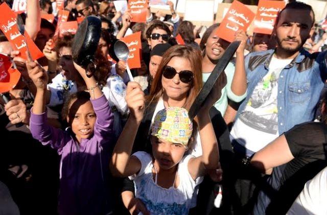 وجوه نسوية وحقوقية مغربية تتظاهر  ضد بنكيران بشأن تصريحاته حول المرأة