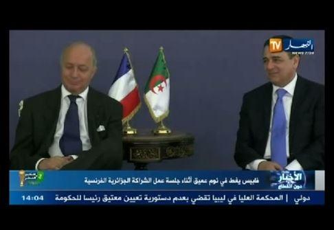 وزير خارجية فرنسا ينام أثناء لقاء رسمي في الجزائر