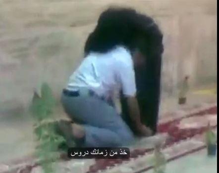 يمني يفرش لأمه السجاد الأحمر ويُقبَل قدميها في مطار الرياض