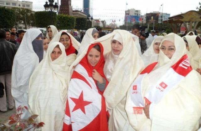 تونسيات يلتحِفن بالبياض ردا على مظاهرات