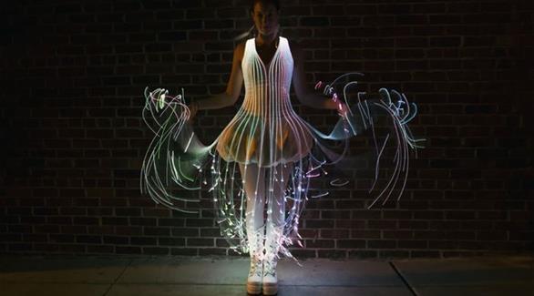 بالفيديو: ثوب ينير في الظلام ويخلق أمواجا ملونة