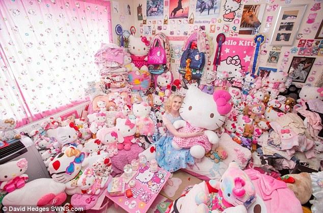 شابة مهووسة تملك أكثر من 10.000 قطعة خاصة ب Hello Kitty