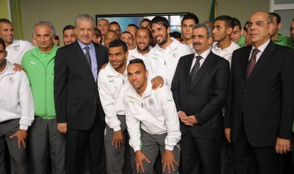 وزير الرياضة الجزائري يجتمع بالخضر ويتلو رسالة بوتفليقة