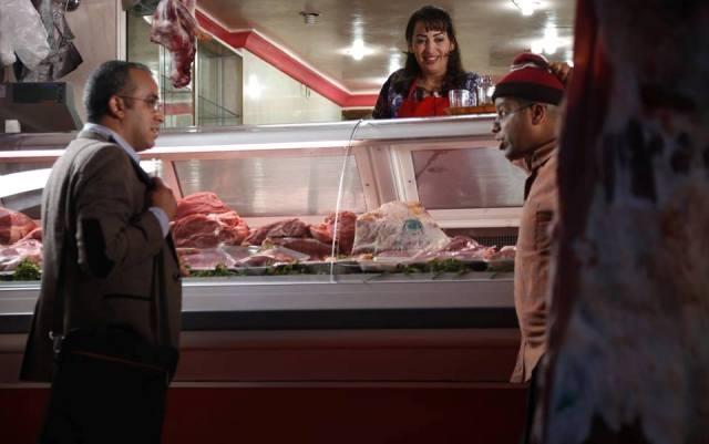 الممثلة المغربية إلهام واعزيز  تمارس مهنة الجزارة