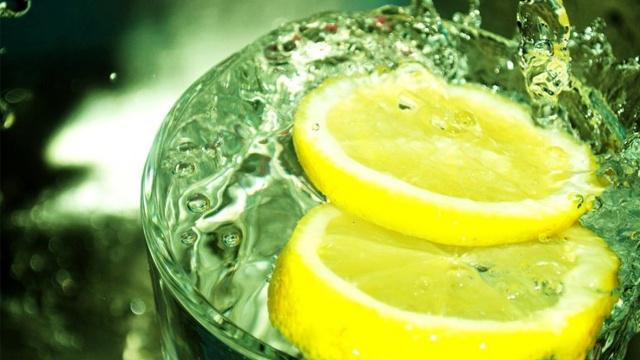 لماذا ينصح الأطباء بشرب كوب من الماء الدافئ مع الليمون صباحا
