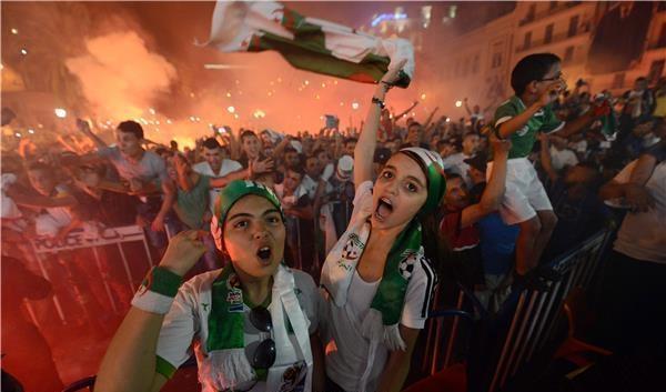 ليلة بيضاء  وفرحة عارمة في الجزائر  بانجاز