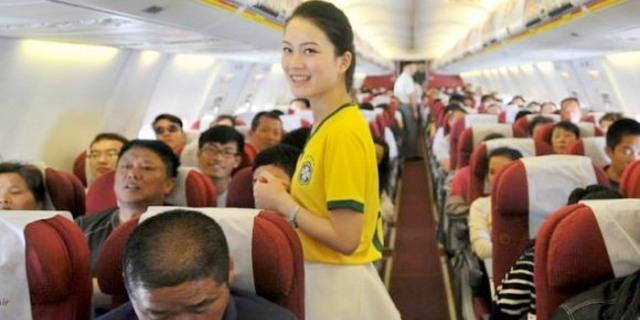 مضيفات الطيران الصيني بزي منتخب البرازيل