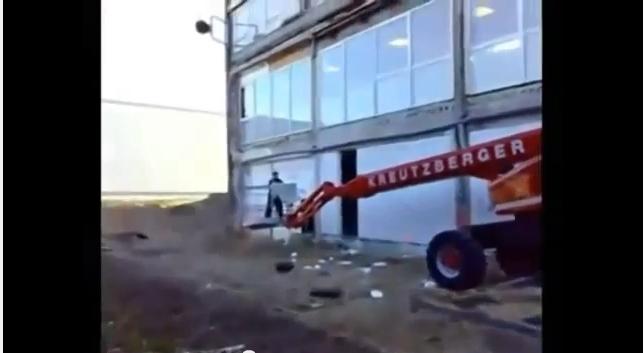سائق رافعة يقلب زميله بطريقة بهلوانية
