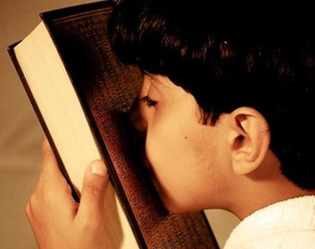 طفل مغربي يرتل القرآن أمام ملك البلاد