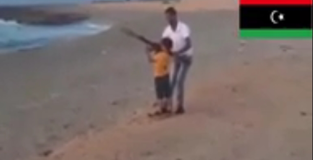 طفل ليبي يتدرب على سلاح