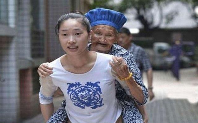 صينية تصحب جدتها معها إلى العمل يوميًا