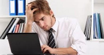 استخدام الهاتف الذكي أثناء العمل يزيد من الإنتاجية
