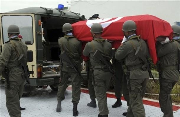 الرئيس التونسي يطالب بتنزيه المؤسسة العسكرية عن التجاذب السياسي