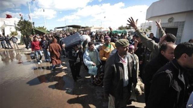 نزوح الآلاف من الليبيين إلى تونس هربا من الانفلات الأمني