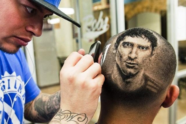 حلاق أمريكي متخصص في قصات شعر على شكل صور للمشاهير