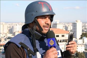 بكاء مراسل الجزيرة على شهداء غزة