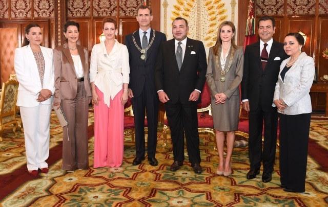 الملك محمد السادس  يجري مباحثات مع  العاهل الإسباني ويوشحه وعقيلته بقلادة الوسام المحمدي
