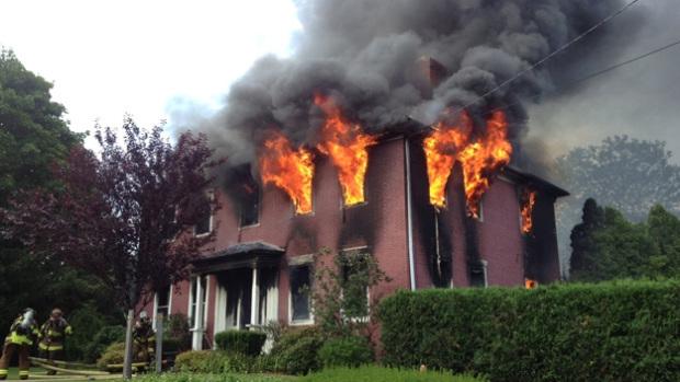 أمريكية تحاول إحراق عنكبوت..فتضرم النار في المنزل