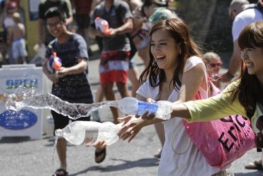 مهرجان إطلاق الماء بالمسدسات في فانكوفر في كندا