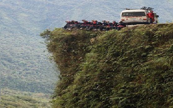 300 قتيل على طريق الموت في بوليفيا ومازال يستهوى السائحين !