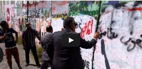 وزير مغربي يكتب الحرية لفلسطين في الجدار العنصري