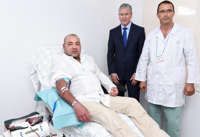 العاهل المغربي يتبرع بالدم في المركز الجهوي للتحاقن بتطوان
