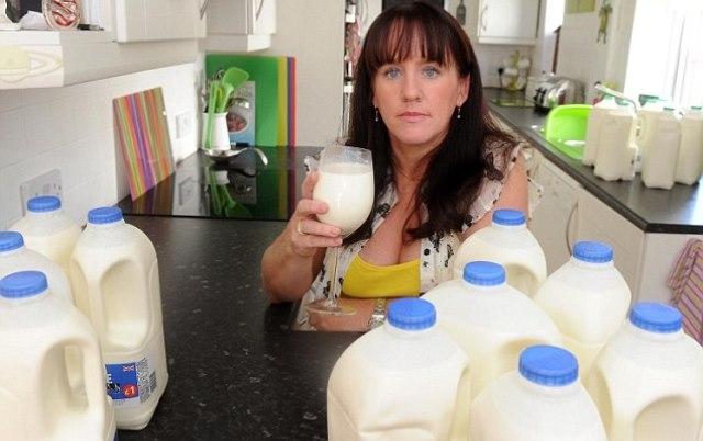 بريطانية تشرب 17 لترا من الحليب يوميا