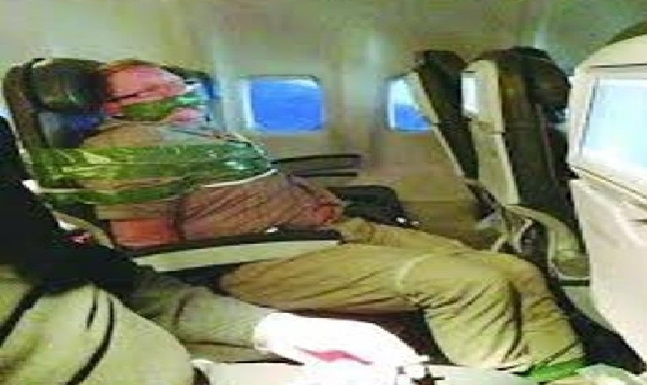طاقم طائرة هندية يقيد راكبا «مخمورا» في مقعده