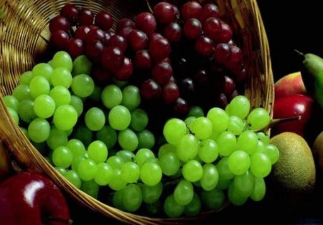 تعرفي على ألوان العنب وسعراته الحرارية