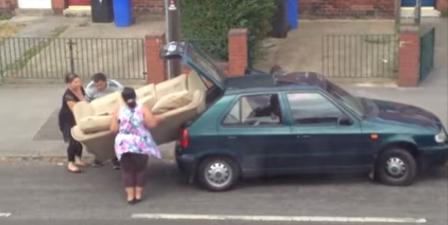 هذه العائلة لم تقتنع أن الأريكة أكبر من سعة السيارة