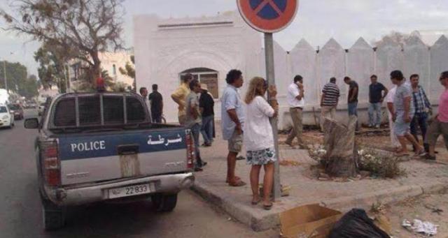 إيطالية تقيد نفسها إلى اشارة مرور في جربة التونسية