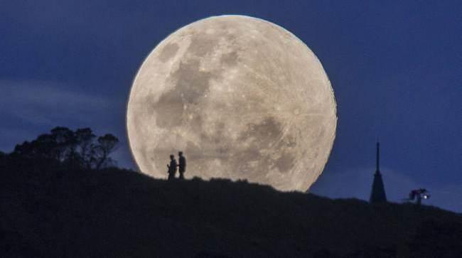 «سوبر قمر» يتجول حول العالم