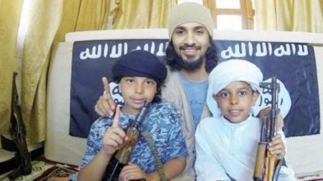 مواطن سعودي يسلم طفليه لجماعة