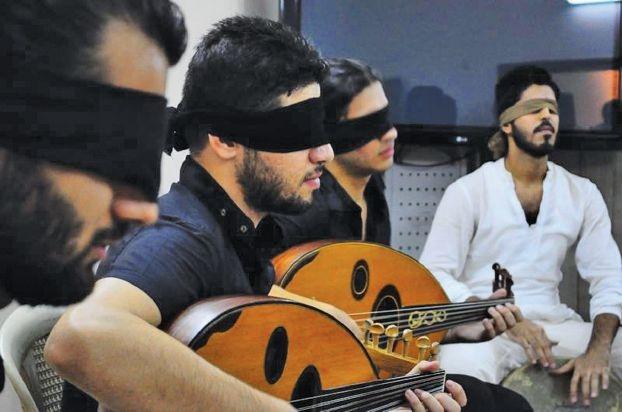 عازفون عراقيون بعيون معصوبة لنبذ الطائفية