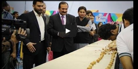 باكستاني يحطم 155 ثمرة الجوز برأسة