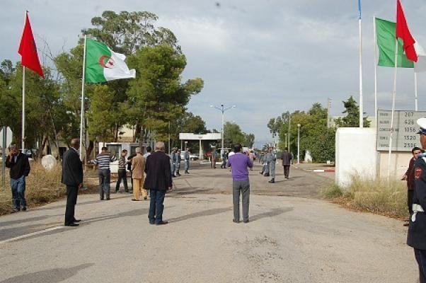 مغاربة وجزائريون يلعبون كرة الطائرة بين الحدود