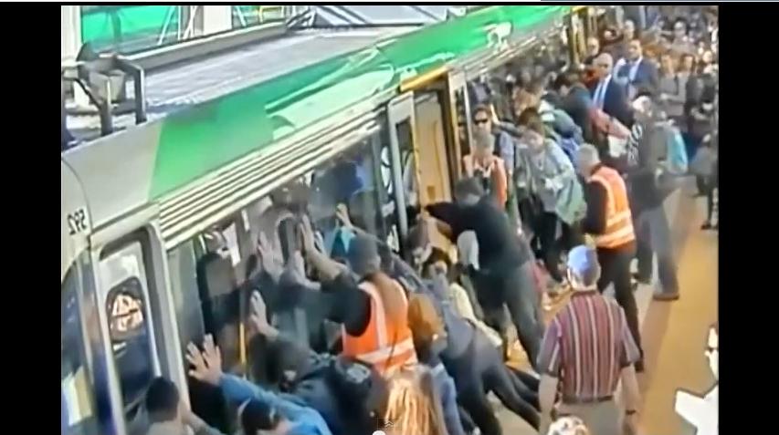 أستراليون يرفعون قطار مترو لتخليص أحد الركاب